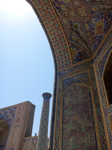 Tilya-Kori madrasah arch, looking towards Ulugh-Beg madrasah, Registan, Samarkand, Uzbekistan