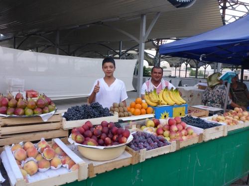 Friendly and generous Uzbek farmers at Chorsu market, Toshkent, Uzbekistan