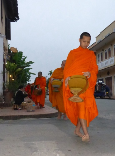 Aumône des moines à Luang Prabang, Laos