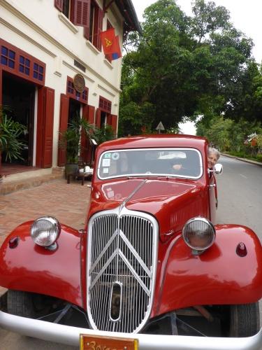 Anne dans une Traction-Avant de notre hotel 3 Nagas à Luang Prabang, Laos