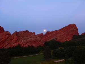 Moon rise ar Roxborough Park